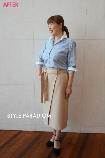 ブルーのシャツとベージュのタイトスカートのオフィスカジュアルのコーディネート