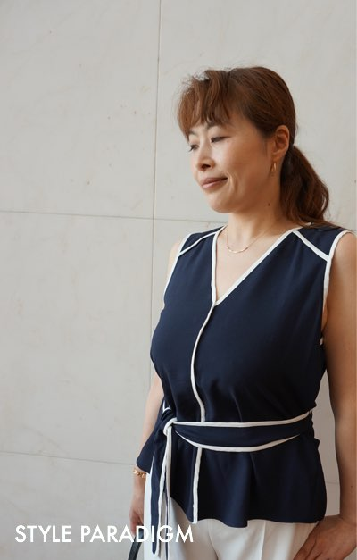 紺色のブラウスを着た女性