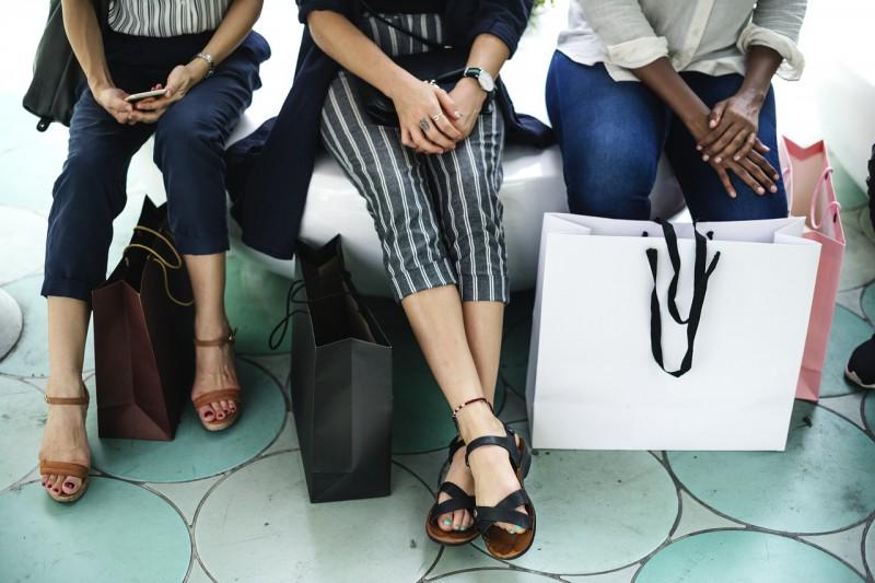 買い物の休憩中の女性の足元